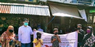 Bagi-bagi masker untuk anak dan perempuan di pasar.