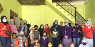 Membantu anak panti asuhan dengan masker dari Dekranasda SulSel.